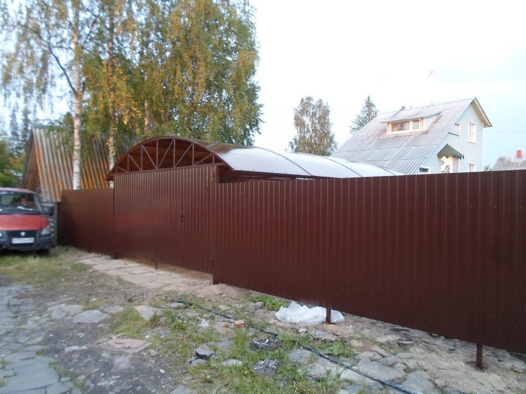 Забор с навесом