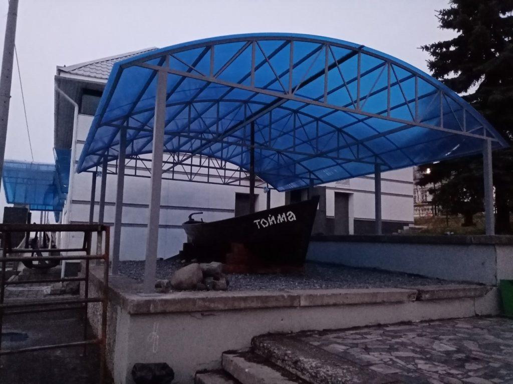 Навес над лодкой